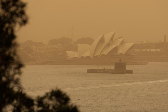 The Sydney Opera House is seen as smoke haze from bushfires drifts over the CDB in Sydney, Australia, November 12, 2019. AAP Image/Paul Braven/via REUTERS  ATTENTION EDITORS - THIS IMAGE WAS PROVIDED BY A THIRD PARTY. NO RESALES. NO ARCHIVE. AUSTRALIA OUT. NEW ZEALAND OUT. NO COMMERCIAL OR EDITORIAL SALES IN NEW ZEALAND. NO COMMERCIAL OR EDITORIAL SALES IN AUSTRALIA.