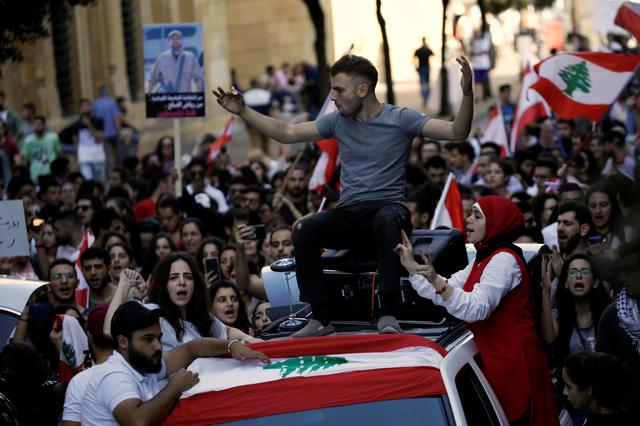 Protesters chant slogans as they march at a demonstration organised by students during ongoing anti-government protests in Beirut, Lebanon November 12, 2019. REUTERS/Andres Martinez Casares