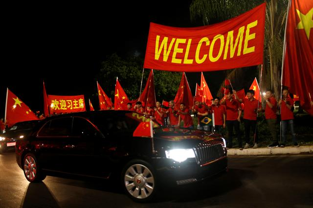 Supporters of Chinese President react as the presidential convoy arrive in Brasilia before the BRICS summit meeting in Brasilia, Brazil November 12, 2019. REUTERS/Adriano Machado