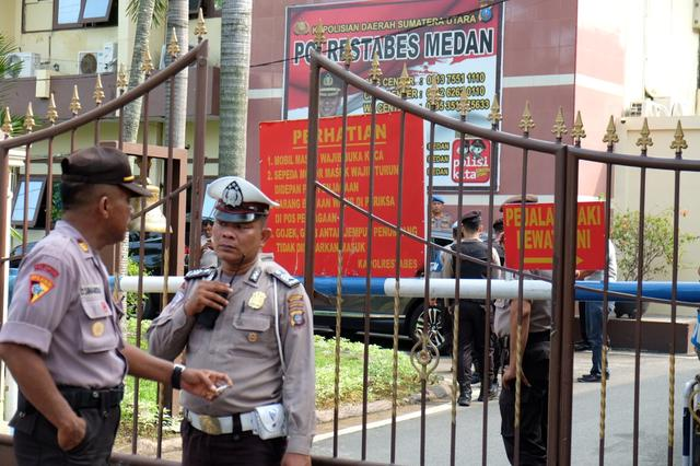 Police stand guard at the entrance of the local police headquarters following a blast in Medan, Indonesia November 13, 2019.  Antara Foto/Irsan Mulyadi/via REUTERS