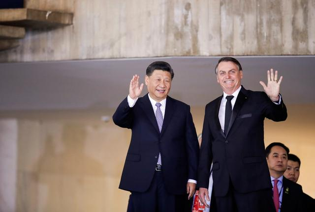 Brazil's President Jair Bolsonaro and China's President Xi Jinping wave during a meeting before the BRICS summit in Brasilia, Brazil November 13, 2019. REUTERS/Ueslei Marcelino