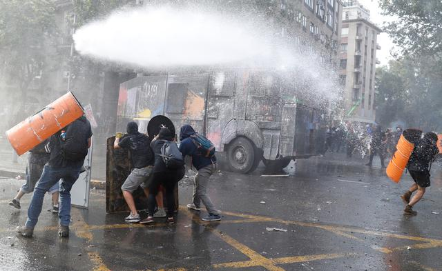 Police clash with demonstrators during a protest against Chile's government in Santiago, Chile, November 14, 2019. REUTERS/Goran Tomasevic