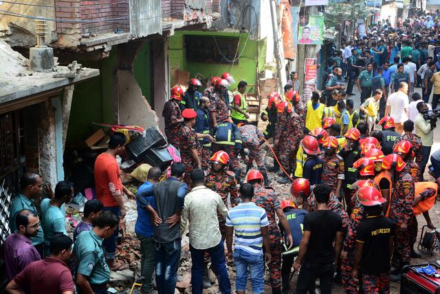 Rescue workers are seen at the site of a gas pipeline explosion in the port city of Chittagong, Bangladesh, November 17, 2019. REUTERS/Stringer
