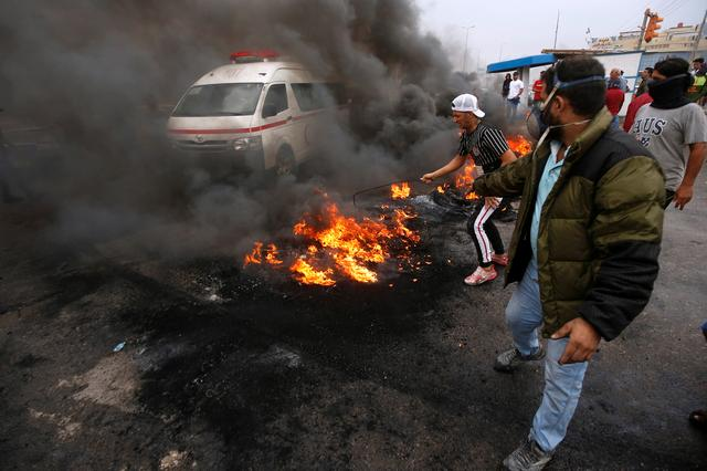 Iraqi protesters burn tires during the ongoing anti-government protests in Basra, Iraq November 17, 2019. REUTERS/Essam al-Sudani