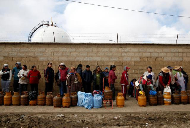 People line up with gas canisters next to blocked petrol plant of Senkata in El Alto outskirts of La Paz, Bolivia, November 19, 2019. REUTERS/David Mercado