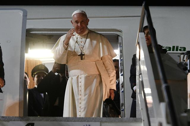 FILE PHOTO: Pope Francis departs for Thailand at Leonardo da Vinci International Airport near Rome, Italy November 19, 2019.  Picture taken November 19, 2019. Vatican Media/­Handout via REUTERS/File Photo