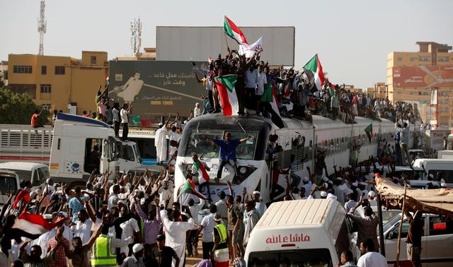 FILE PHOTO: A train carrying protesters from Atbara, the birthplace of an uprising that toppled Sudan's former President Omar al-Bashir, approaches a Khartoum train station to support demonstrators camped at a sit-in outside the defence ministry compound, in Khartoum, Sudan, April 23, 2019. REUTERS/Umit Bektas/File Photo