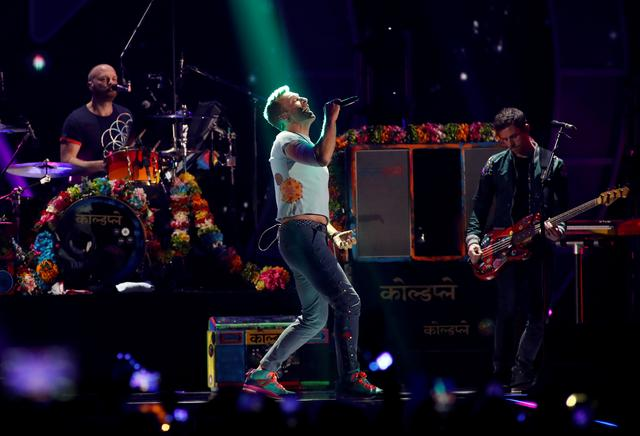 FILE PHOTO - Lead singer Chris Martin (C) performs with Coldplay during the iHeartRadio Music Festival at T-Mobile Arena in Las Vegas, Nevada U.S. September 22, 2017. REUTERS/Steve Marcus