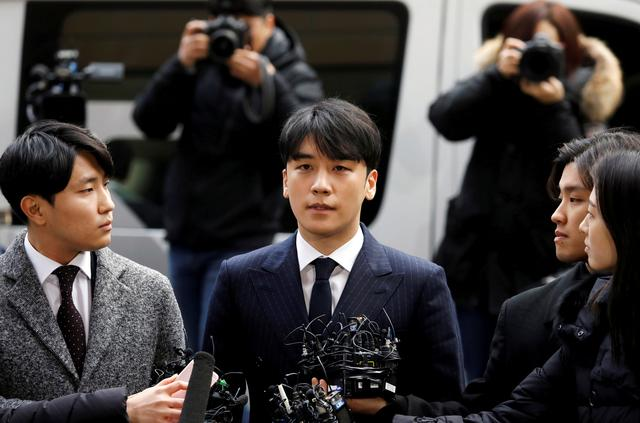FILE PHOTO: Seungri (C), a member of South Korean K-pop band Big Bang, arrives to be questioned over a sex bribery case at the Seoul Metropolitan Police Agency in Seoul, South Korea, March 14, 2019.   REUTERS/Kim Hong-Ji/File Photo