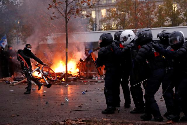 French CRS riot police face off with protesters during clashes at a demonstration against French government's pensions reform plans in Paris as part of a day of national strike and protests in France, December 5, 2019.  REUTERS/Gonzalo Fuentes