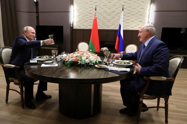 Russian President VladimirPutin and Belarusian President Alexander Lukashenko toast during a dinner following their meeting in Sochi, Russia December 7, 2019. Sputnik/Mikhail Klimentyev/Kremlin via REUTERS