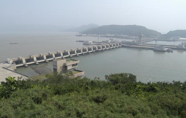 FILE PHOTO: A general view shows a dam in the port city of Nampo, North Korea August 12, 2005. Picture taken August 12, 2005. REUTERS/Yuri Maltsev/File Photo