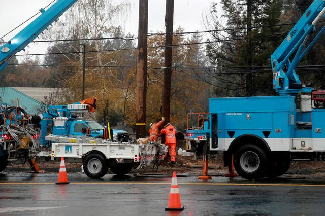 FILE PHOTO: PG&E works on power lines to repair damage caused by the Camp Fire in Paradise, California, U.S. November 21, 2018.  REUTERS/Elijah Nouvelage/File Photo