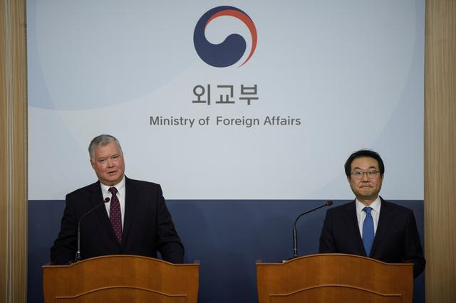 US special representative for North Korea Stephen Biegun (L) attends a media briefing with South Korea's 'special representative for Korean peninsula peace and security affairs' Lee Do-hoon (R) at the foreign ministry in Seoul, South Korea December 16, 2019.  Ed Jones/Pool via REUTERS