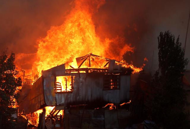 A house burns following the spread of wildfires in Valparaiso, Chile, December 24, 2019. REUTERS/Rodrigo Garrido