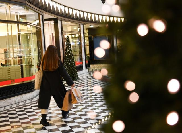 FILE PHOTO: A woman walks with shopping bags through a mall ahead of the Christmas celebrations in Berlin, Germany December 23, 2019.  REUTERS/Annegret Hilse/File Photo