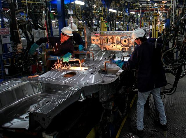 FILE PHOTO: Employees work on the assembly line at the General Motors plant in Talegaon, about 118 km (73 miles) from Mumbai September 4, 2012. REUTERS/Danish Siddiqui