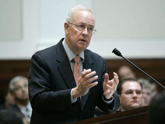 FILE PHOTO: Attorney Kenneth Starr speaks during arguments before the California Supreme Court to overturn California's Proposition 8 in San Francisco, California March 5, 2009. REUTERS/Paul Sakuma/Pool
