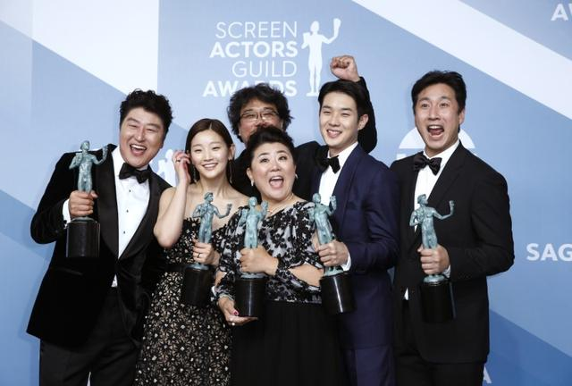 "26th Screen Actors Guild Awards - Photo Room - Los Angeles, California, U.S., January 19, 2020 - The cast of ""Parasite"" poses backstage with their Outstanding Performance by a Cast in a Motion Picture award. REUTERS/Monica Almeida"