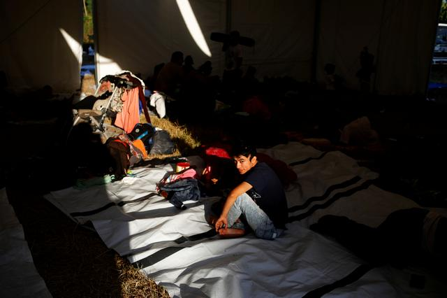 Migrants travelling to the U.S. gather in an improvised shelter in Tecun Uman, Guatemala, January 22, 2020. REUTERS/Jose Cabezas
