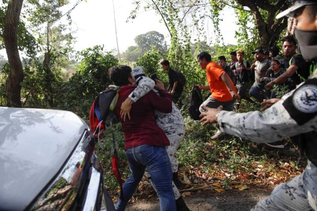 Migrants, mainly from Central America and marching in a caravan, scuffle with members of the security forces, near Frontera Hidalgo, Chiapas, Mexico January 23, 2020. REUTERS/Andres Martinez Casares