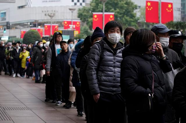 People line up outside a drugstore to buy masks in Shanghai, China January 24, 2020. REUTERS/Aly Song