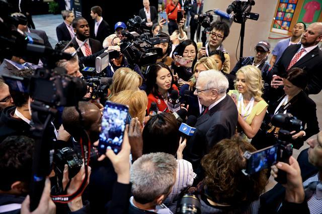 Berkshire Hathaway Chairman Warren Buffett walks through the exhibit hall as shareholders gather to hear from the billionaire investor at Berkshire Hathaway Inc's annual shareholder meeting in Omaha, Nebraska, U.S., May 4, 2019.   REUTERS/Scott Morgan