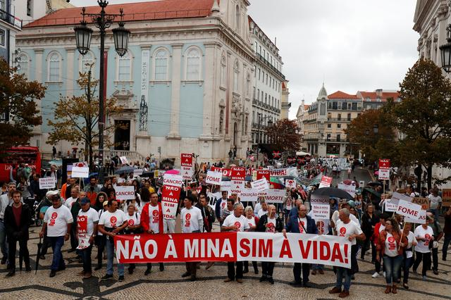"""Demonstrators protest against lithium mines in downtown Lisbon, Portugal September 21, 2019. The banner reads """"No to mine, Yes to life"""".  REUTERS/Rafael Marchante"""