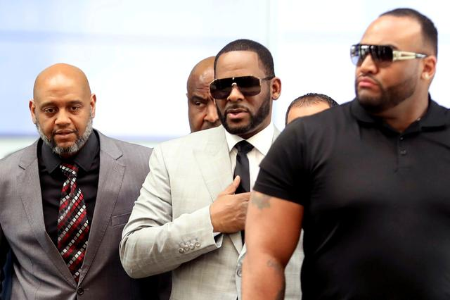 FILE PHOTO: R. Kelly walks inside the Criminal Court Building as he arrives for a hearing on eleven new counts of criminal sexual abuse,  in Chicago, Illinois, U.S., June 6, 2019.  REUTERS/Daniel Acker/File Photo