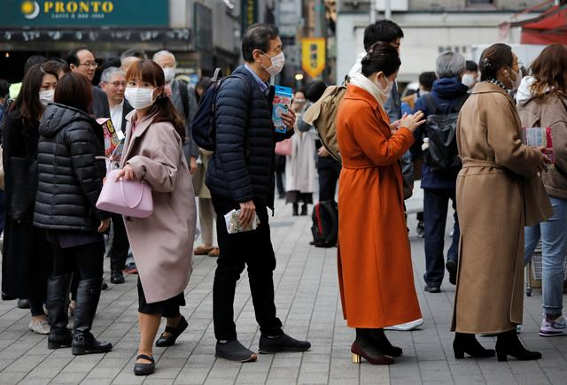 People wearing masks queue to buy masks at a drugstore in Tokyo, Japan February 14, 2020.   REUTERS/Issei Kato