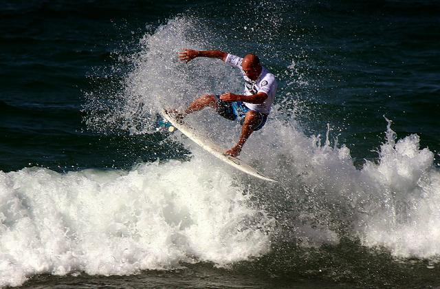 FILE PHOTO: Eleven-time world surfing champion Kelly Slater of the USA rides a wave during a promotional event at Sydney's Manly Beach April 13, 2013.    REUTERS/David Gray