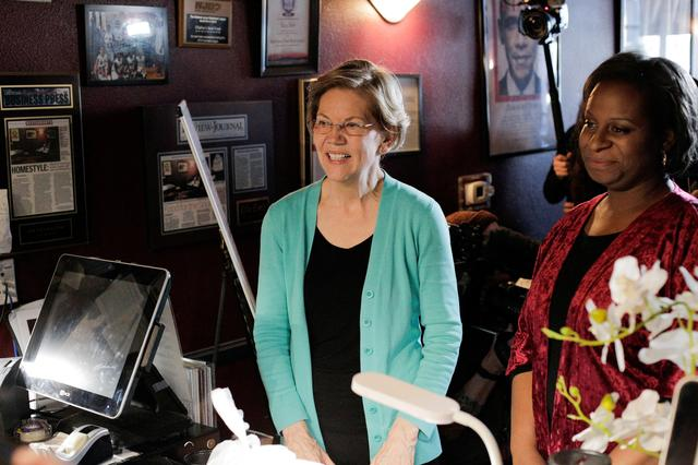 U.S. Democratic presidential candidate Senator Elizabeth Warren orders lunch with Allison Stevens, a DNC committeewoman from Nevada, at EllaEm's Soul Food in North Las Vegas, Nevada, U.S. February 20, 2020.   REUTERS/David Ryder