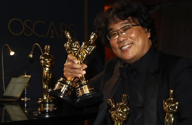 """FILE PHOTO: Bong Joon Ho poses with the Oscars for """"Parasite"""" at the Governors Ball following the 92nd Academy Awards in Los Angeles, California, U.S., February 9, 2020. REUTERS/Eric Gaillard"""