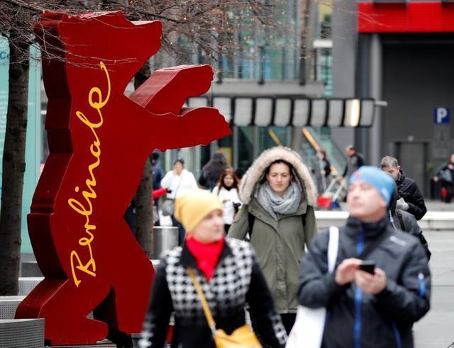 Peatones caminan junto a una silueta del oso que representa al festival de Cine de Berlín, Alemania. 19 febrero 2020. REUTERS/Fabrizio Bensch