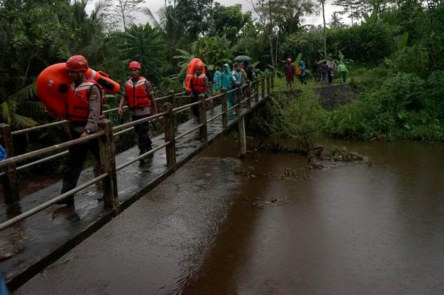 Rescue workers walk past a bridge as they search for students who were missing after a tidal surge swept them away during a school trip, in Sleman, Yogyakarta, Indonesia, February 21, 2020 in this photo taken by Antara Foto. Antara Foto/Andreas Fitri Atmoko/via REUTERS  ATTENTION EDITORS - THIS IMAGE WAS PROVIDED BY A THIRD PARTY. MANDATORY CREDIT. INDONESIA OUT.