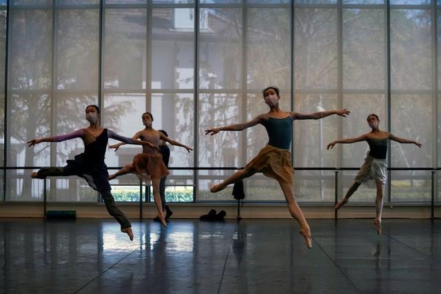 Bailarines de ballet con máscaras practican en un estudio de baile en Shanghái, 20 febrero 2020. REUTERS/Aly Song