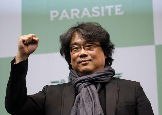 """FOTO DE ARCHIVO. El director de la película ganadora de cuatro premios Oscar, """"Parasite"""", Bong Joon-ho, posa para los fotógrafos durante una conferencia de prensa, en Seúl, Corea del Sur. 19 de febrero de 2020. REUTERS/Kim Hong-ji."""