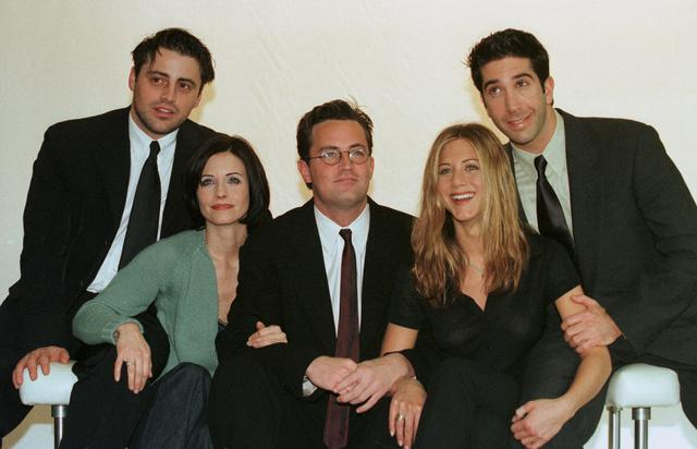"""FILE PHOTO: The cast of the American TV sitcom """"Friends"""" (L to R) Matt Le Blanc, Courteney Cox, Matthew Perry,  Jennifer Aniston and David Schwimmer pose for pictures at Channel 4 Television centre March 25, 1998./File Photo"""