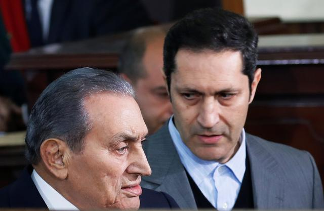 FILE PHOTO: Former Egyptian President Hosni Mubarak arrives with his son Alaa in a court case accusing ousted Islamist president Mohamed Mursi of breaking out of prison in 2011, in Cairo, Egypt December 26, 2018. REUTERS/Amr Abdallah Dalsh