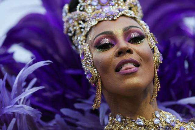Una comparsa de la escuela de samba Imperio de Casa Verde actúa durante la primera noche del desfile de carnaval en el Sambódromo de São Paulo, Brasil, el 22 de febrero de 2020. REUTERS/Amanda Perobelli