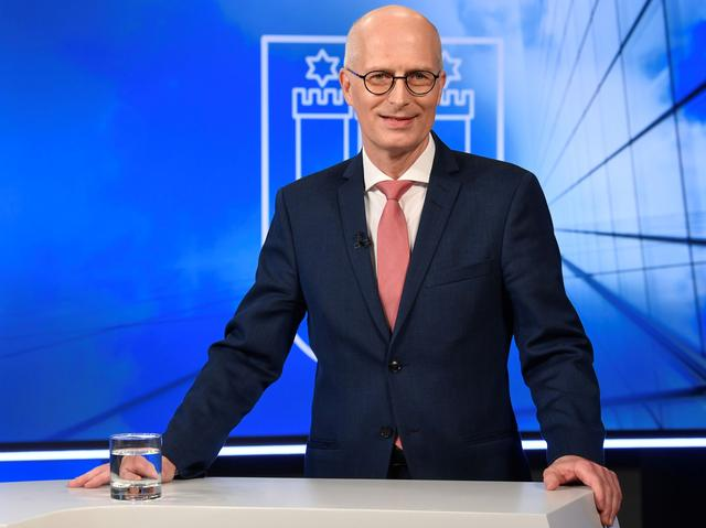 FILE PHOTO: Top candidate and mayor of Hamburg Peter Tschentscher of the Social Democrats (SPD) poses for the media before a TV debate with his challenger Katharina Fegebank of the Greens (not pictured) in Hamburg, Germany, February 18, 2020.  REUTERS/Fabian Bimmer