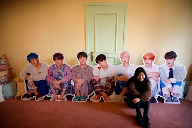 Fanática de BTS posa con un recorte en una tienda pop-up en Seúl, Corea del Sur, 24 diciembre 2019. REUTERS/Kim Hong-Ji/