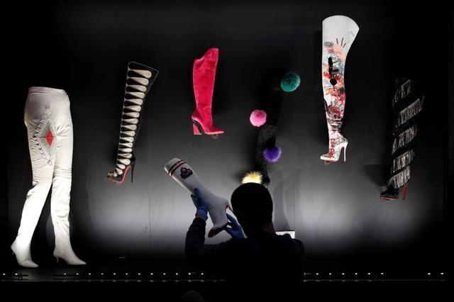 """Creaciones del diseñador francés Christian Louboutin en Paris Creations son expuestas en su exhibición """"L'Exhibition[niste]"""" en París, Francia, 21 de febrero del 2020. Foto tomada por el 21 de febrero del 2020. REUTERS/Benoit Tessier"""