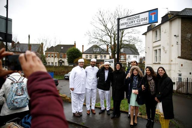 """Gente posa para una fotografía bajo el letrero que muestra el cambio de nombre de la calle """"Freddie Mercury Close"""", en Feltham, Londres, Reino Unido. 24 de febrero, 2020. REUTERS/Henry Nicholls"""