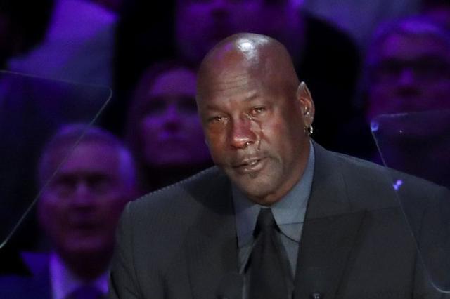 La exestrella de baloncesto Michael Jordan durante un homenaje público a Kobe Bryant, su hija Gianna y otras siete personas que murieron en un accidente de helicóptero el 26 de enero, en el estadio Staples Center, en Los Ángeles, EEUU, Febrero 24, 2020. REUTERS/Lucy Nicholson
