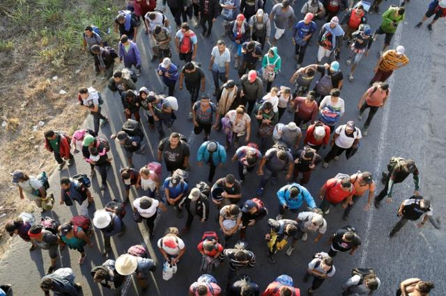 Migrants, mainly from Central America and marching in a caravan, walk on a road on the outskirts of Ciudad Hidalgo, Chiapas, Mexico January 23, 2020. REUTERS/Andres Martinez Casares