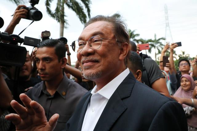 Malaysian politician Anwar Ibrahim waves to his supporters after a news conference in Petaling Jaya, Malaysia, February 26, 2020. REUTERS/Lim Huey Teng