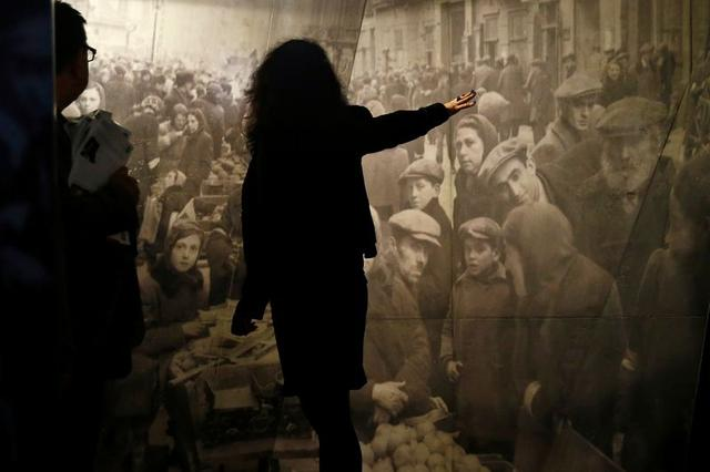FILE PHOTO: A tour guide explains an exhibit at the POLIN Museum of the History of Polish Jews in Warsaw October 21, 2014. Picture taken October 21, 2014.     REUTERS/Kacper Pempel/File Photo