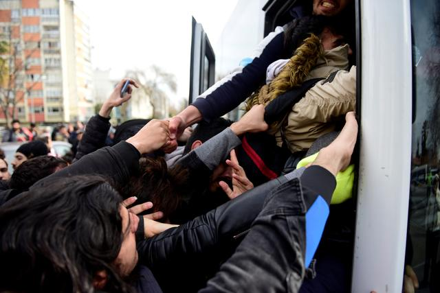 Migrants try to get on a bus which will take them to the Turkish-Greek border, in Istanbul, Turkey, February 28, 2020. REUTERS/Yagiz Karahan