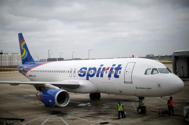 FILE PHOTO: A Spirit Airlines Airbuys A320-200 airplane sits at a gate at the O'Hare Airport in Chicago, Illinois October 2, 2014. Incoming stormy weather and operational problems caused by a fire last week at a Chicago-area air traffic control facility forced the cancellation of nearly 750 flights on Thursday at Chicago airports.  REUTERS/Jim Young